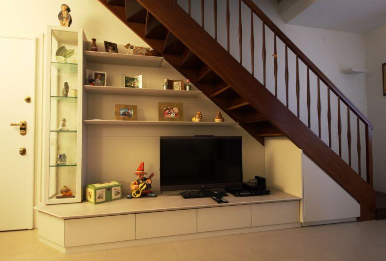 Da un soggiorno con scala in legno si sale in mansarda giorno falegnameria ferrari piacenza - Mobili sottoscala in legno ...