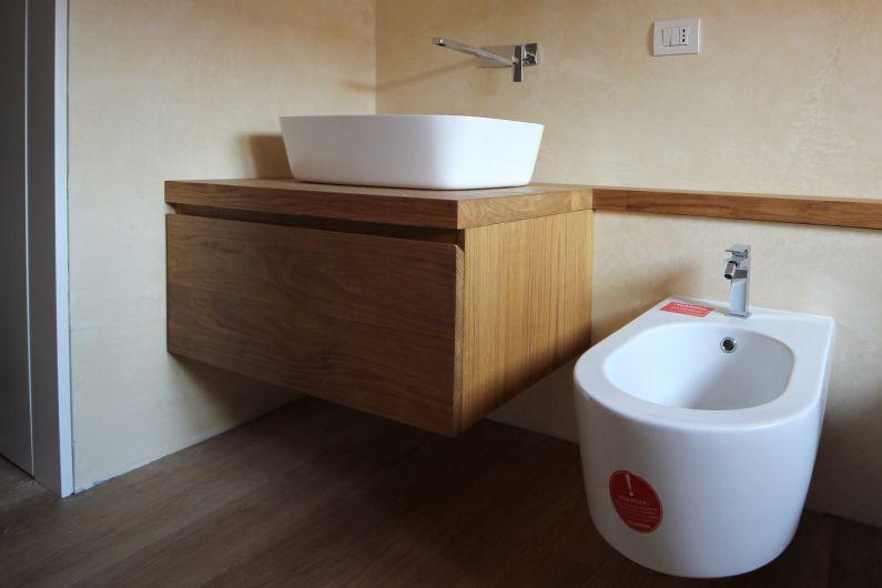Mobili bagno sospesi in rovere naturale per due bagni - Arredo bagno piacenza e provincia ...