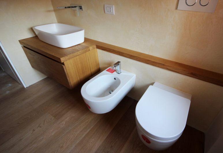 Mobili bagno sospesi in rovere naturale per due bagni - Mobili in rovere naturale ...
