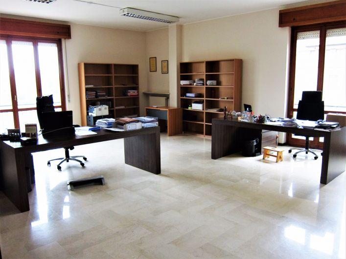 Scrivania Per Ufficio : Scrivanie per ufficio in noce canaletto tavoli falegnameria
